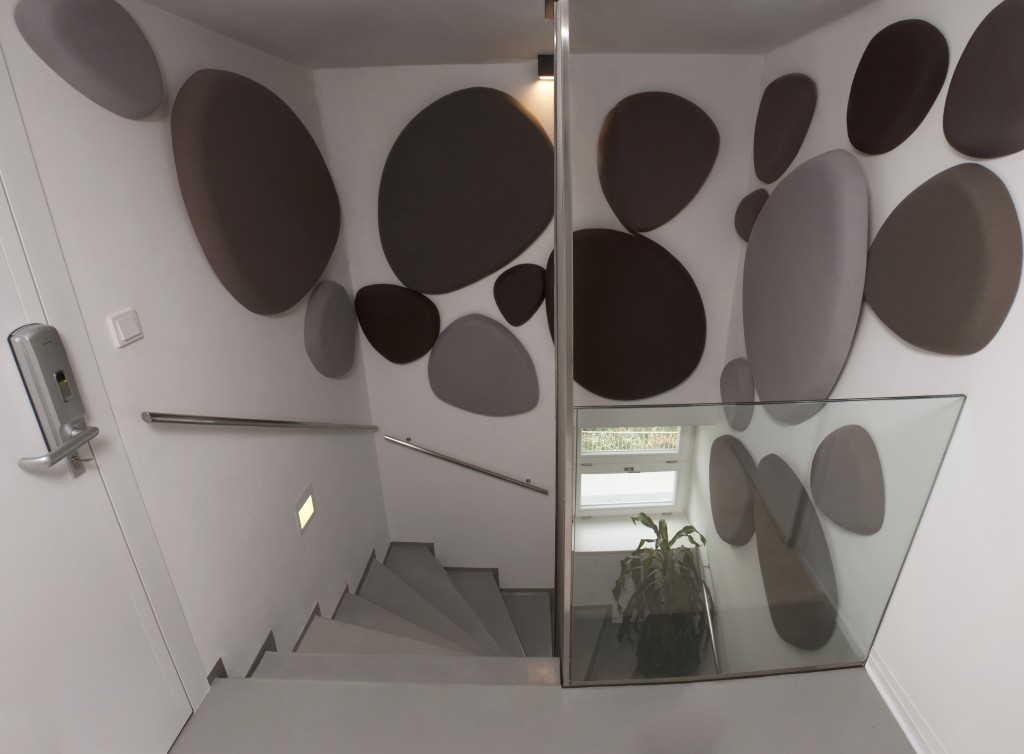 Akustické panely nad schody